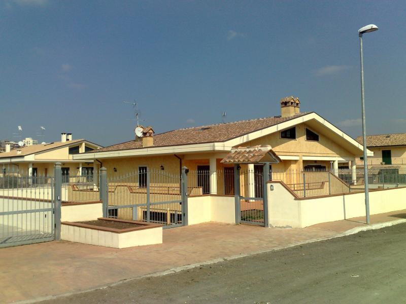 Vendesi villa colonna roma 300 mq for Passi per l acquisto di terreni e la costruzione di una casa
