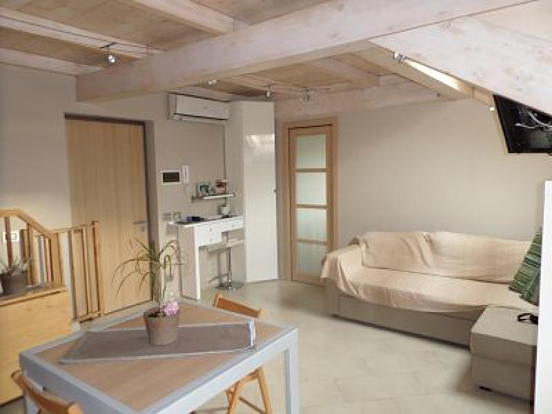 Ladispoli attico mansarda ristrutturata con tetto in legno for Mansarda in legno bianco
