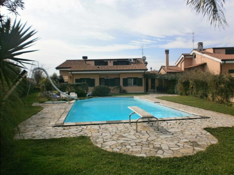 Pomezia villa di 400 piscina giardino di 1000 for Case california in vendita con piscina