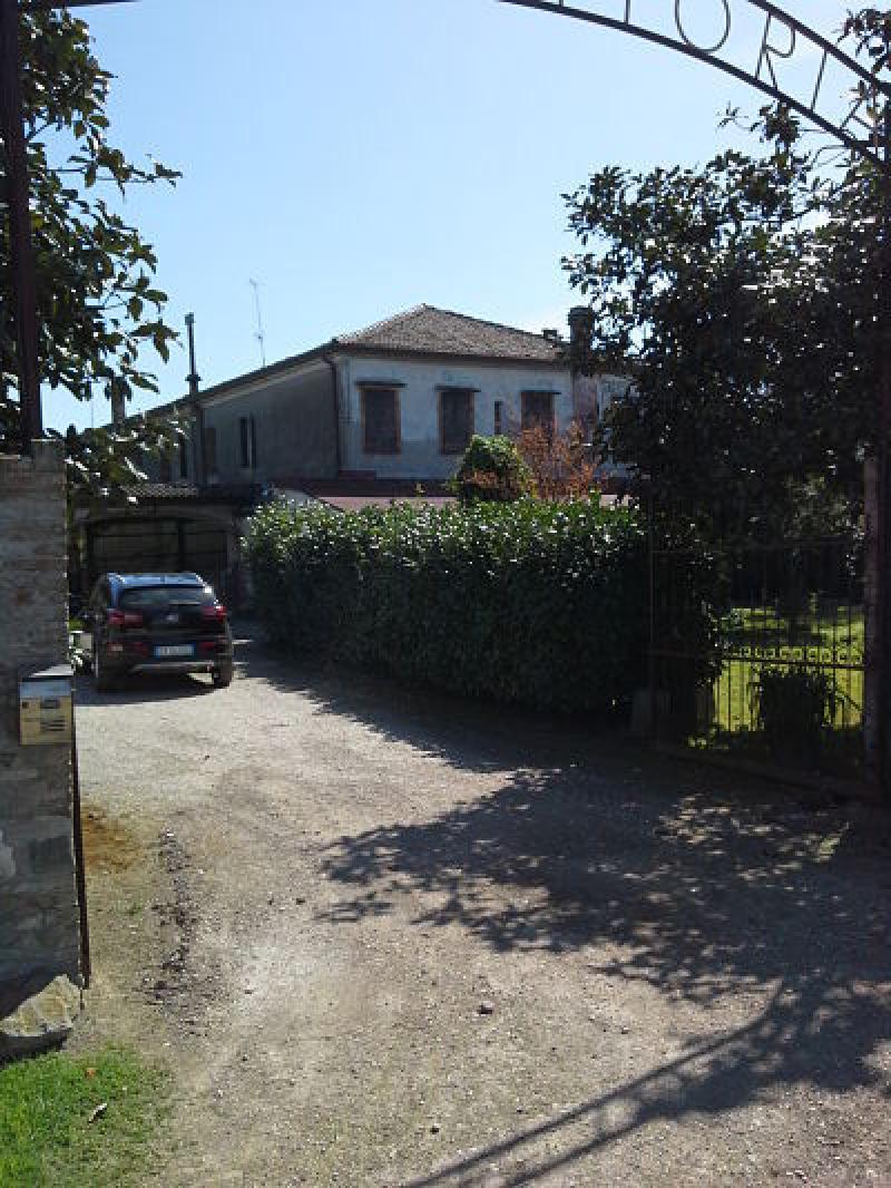 Bottrighe rustico casale in vendita strada regionale codigoro for Come prendere in prestito denaro per comprare terreni